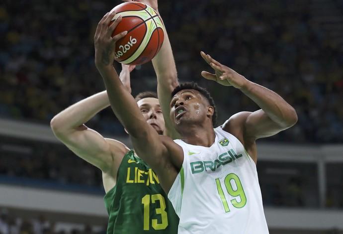 Leandrinho em Brasil x Lituânia - basquete masculino (Foto: Jim Young / Reuters)
