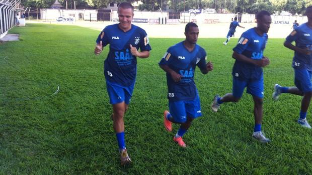 Enquanto corria Marinho acenou para torcedores que foram até o Mamudão (Foto: Diego Souza/Globoesporte.com)