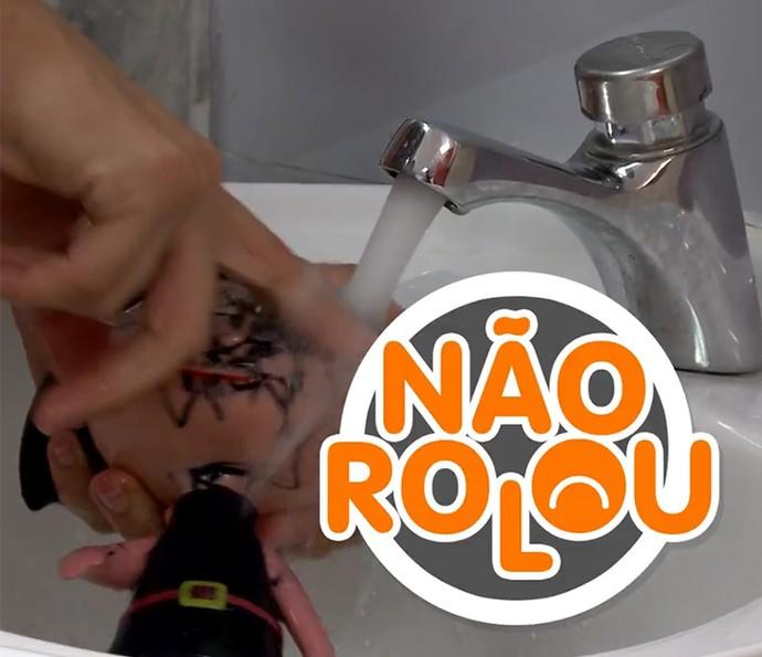 Tirar risco de caneta da cara de boneca com pomada não rola (Foto: Divulgação)