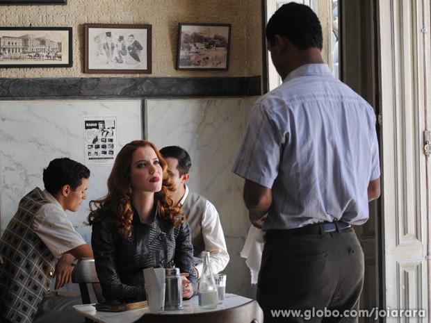 Sílvia sonda Isaías e tenta descobrir pistas sobre a morte de Catarina (Foto: Joia Rara/TV Globo)