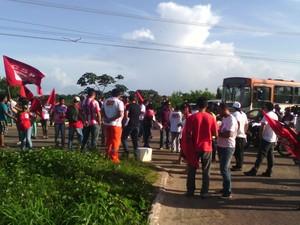 BR-135 está sendo bloquada pelos manifestantes  (Foto: João Ricardo/G1)