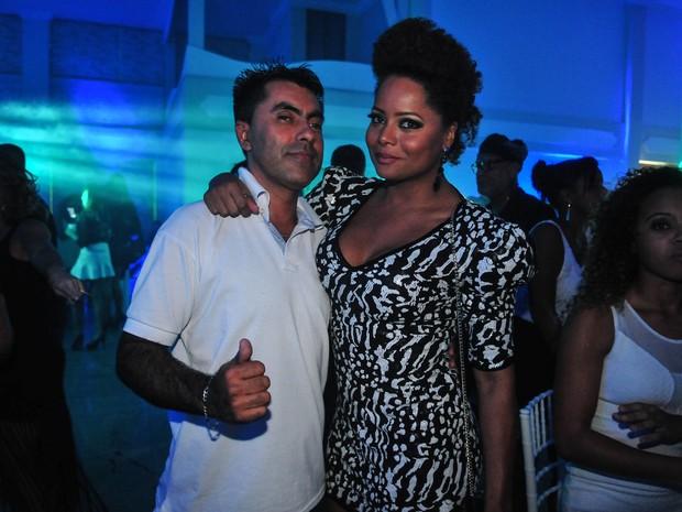 Adriana Bombom com o DJ Jota em festa no Rio (Foto: Marcos Fernandes/ Divulgação)