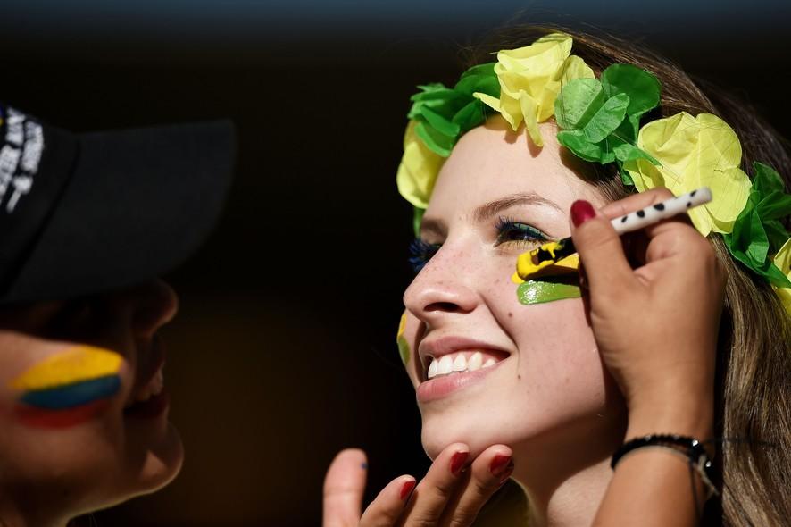 Loira brasileira ficou ainda mais bonita com as bochechas em verde e amarelo