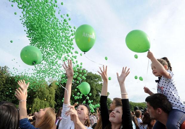 Na tentativa de estabelecer um novo recorde, dezenas de pessoas soltaram 5 mil balões no domingo (22) em Minsk, capital da Belarus. (Foto: Viktor Drachev/AFP)