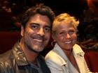 Xuxa e Junno vão a teatro e assistem a peça juntinhos