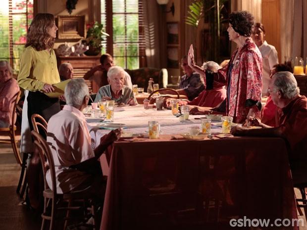 Miss Lauren proibe o uso de roupas de dormir durante as refeições (Foto: Em Família/TV Globo)