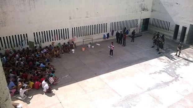 Policiais militares e agentes penitenciários retomaram o controle da Cadeia Pública de Caraúbas (Foto: Divulgação/PM)