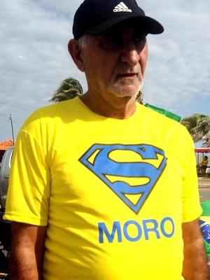 Manifestante usa camisa de apoio ao juiz Sérgio Moro em ato na avenida Litorânea, orla de São Luís (MA), contrária ao governo, às 9h20 (Foto: Clarissa Carramilo/G1)
