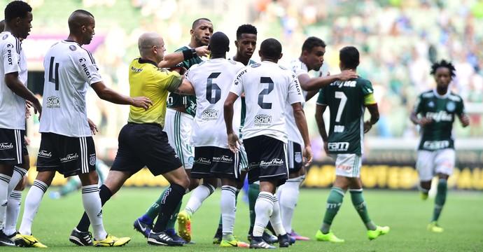 Discussão Palmeiras x Ponte Preta (Foto: Marcos Ribolli)