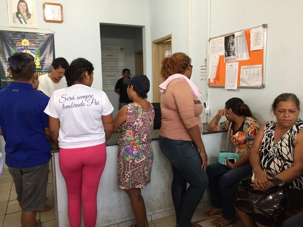 Familiares aguardavam no IML pela liberação dos corpos (Foto: Inaê Brandão/G1 RR)