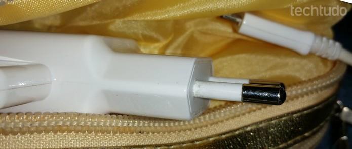 Transporte o carregador em uma bolsinha ou caixa de óculos  (Foto: Barbara Mannara/TechTudo)
