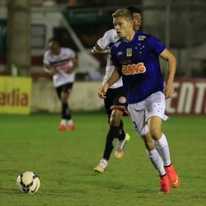 Marlone conduz a bola no Estádio Coaracy da Mata Fonseca, em Arapiraca (Foto: Ailton Cruz / Vipcomm)