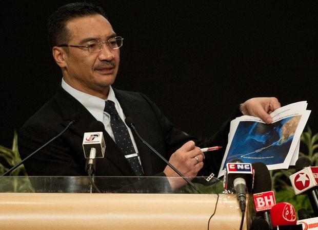 Ministro da Defesa malaio mostra imagem de satélite onde estariam os destroços (Foto: AFP)