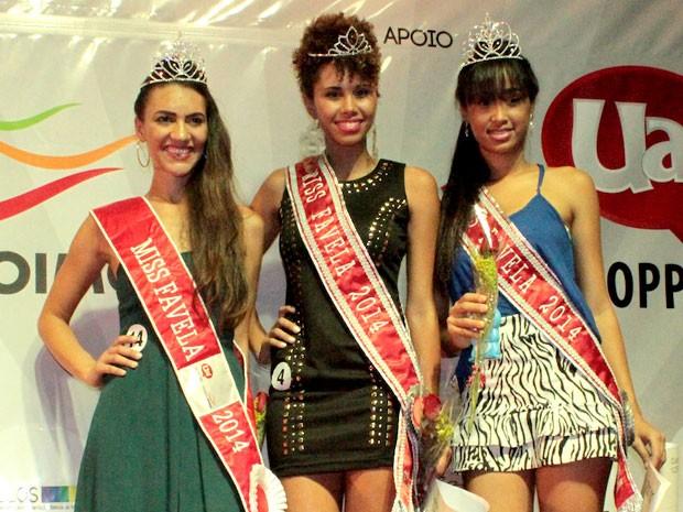 Andreia Ferreira, de vestido verde, foi eleita a miss favela 2014 (Foto: Alex Contri / Divulgação Shopping Uai)