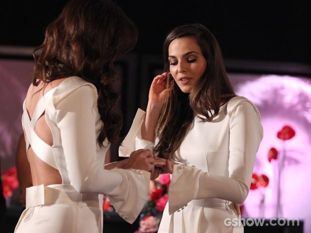 Clara coloca a aliança no dedo de Marina (Foto: Pedro Curi/TV Globo)