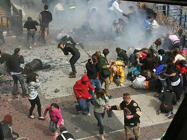 Imagem de fotógrafo amador mostra pânico logo após explosão durante Maratona de Boston.  (Foto: Ben Thorndike / AP Photo)