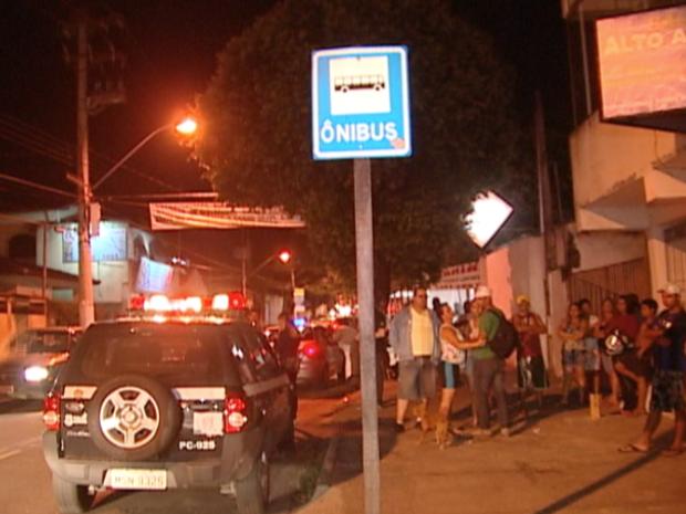 Local onde rapaz foi morto, na noite de sexta-feira (11), em Vila Velha, na Grande Vitória. (Foto: Reprodução/TV Gazeta)