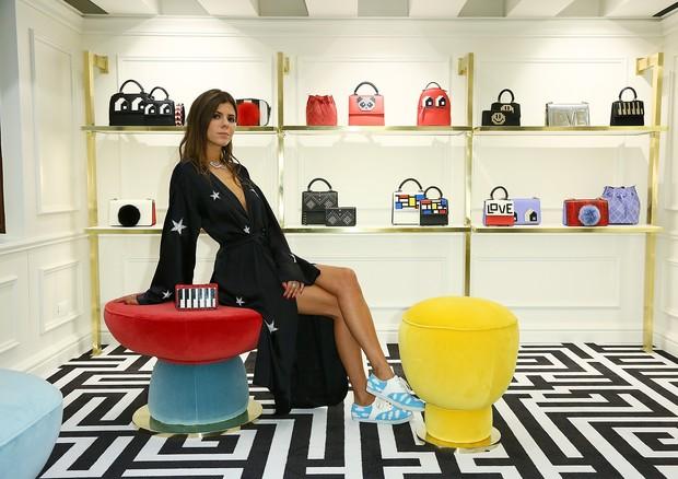 Mariasole Cecchi posa na loja  (Foto: Divulgação)