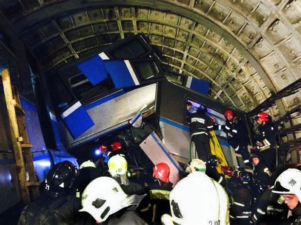 Foto feita com celular mostra o trabalho de resgate em meio aos destroços dos vagões descarrilados em Moscou (Foto: Varya Valovil/Itar-Tass/AFP)