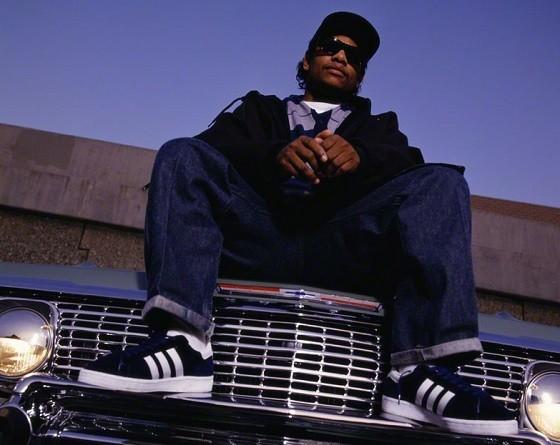O rapper Eazy-E foi um dos membros fundadores do N.W.A., um grupo dos anos 80, que incluía Dr. Dre e Ice Club. Seu primeiro álbum, 'Eazy-Duz-It', foi lançado no mesmo mês que a principal música da banda, 'Straight Outta Compton', o que gerou complicações entre ele e os integrantes da N.W.A., e o conjunto se desfez no começo dos anos 90. Em 1995, ele se internou numa clínica médica para tratar do que parecia asma: Ele morreu de complicações por AIDS. Sua morte aumentou o diálogo da comunidade afro-americana sobre o HIV e a doença, que ainda fazia vítimas na época. (Foto: Divulgação)