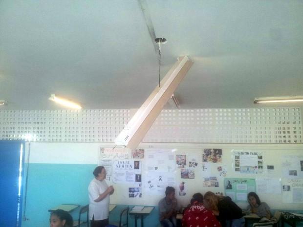 Lâmpada pendurada em sala da aula em escola de Itu (Foto: Arquivo pessoal/TEM Você)