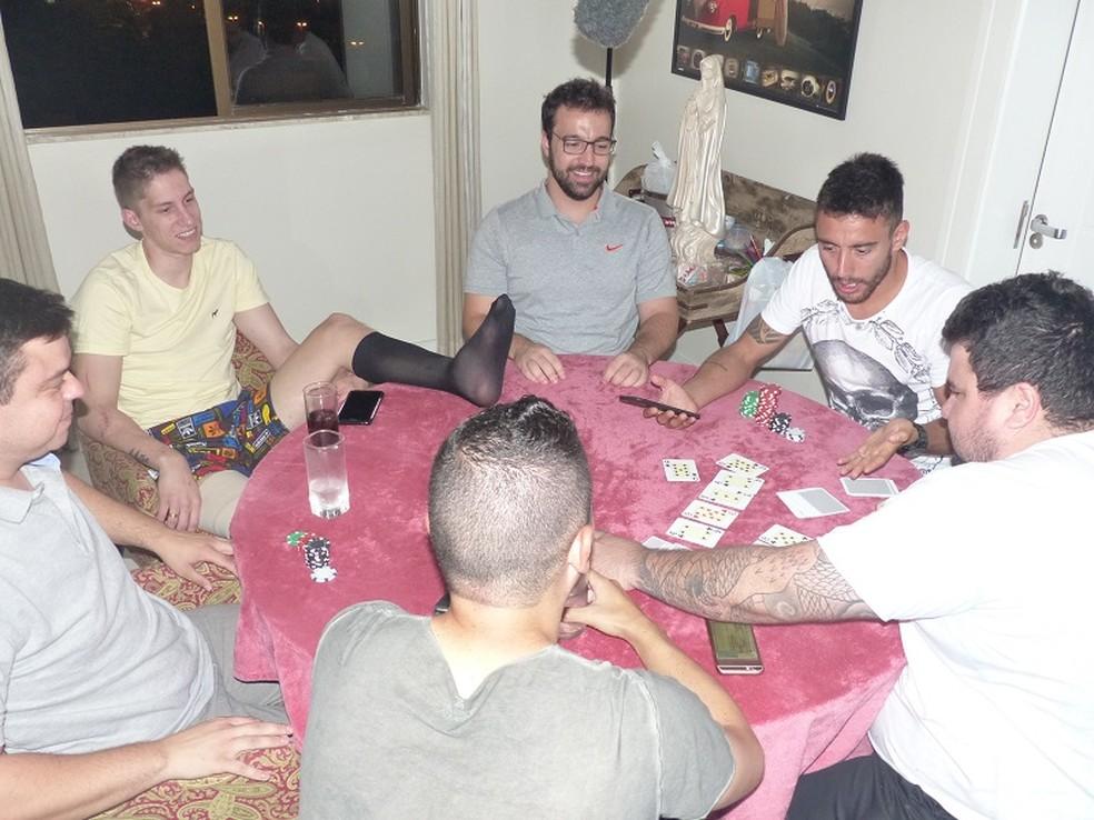 Follmann e Alan Ruschel na mesa de pôquer (Foto: Cahê Mota)