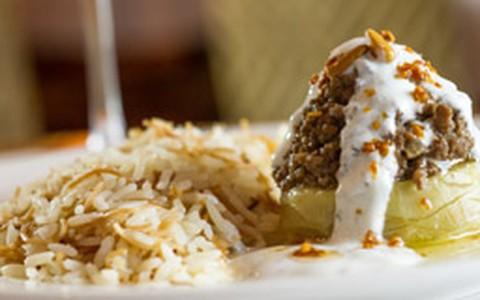Alcachofra recheada com carne e coberta com coalhada e hortelã