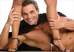 Mateus posa para o cartaz de um dos filmes pornô que protagonizou (Foto: Reprodução)