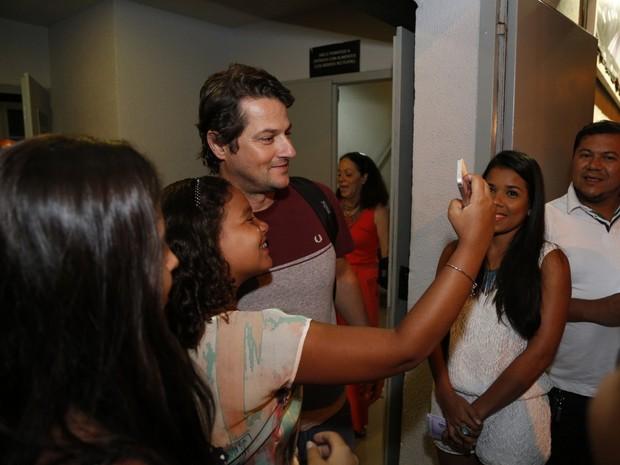 Marcelo Serrado posa com fãs em estreia de peça na Zona Sul do Rio (Foto: Felipe Assumpção/ Ag. News)