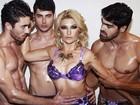Antônia Fontenelle posa cercada por modelos sem camisa para revista