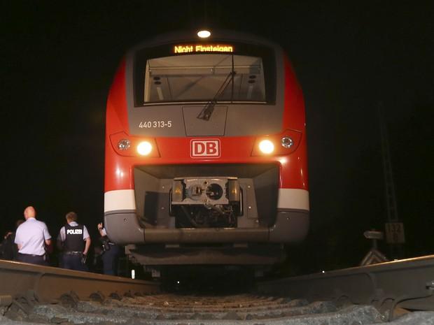 Policiais observam trem em Würzburg, depois do ataque de segunda-feira (18). (Foto: Karl-Josef Hildenbrand/dpa via AP)