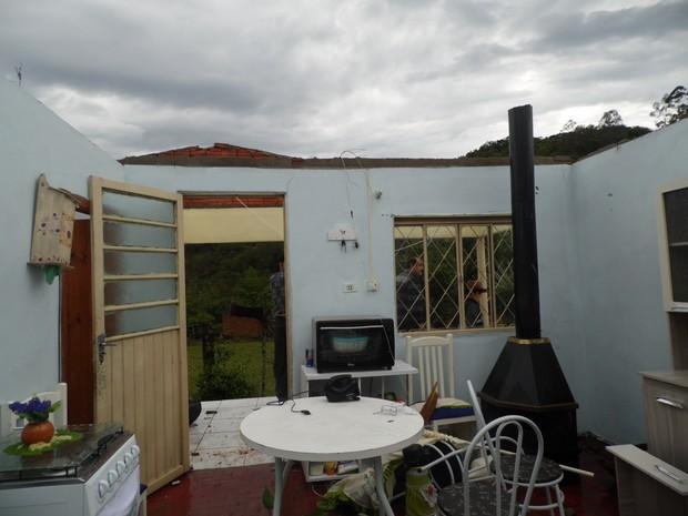 Uma casa foi completamente destalhada após temporal em Gramado Xavier, na Região Central do RS (Foto: Luana Backes/Jornal Serrano)
