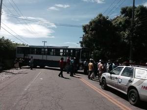 Trabalhadores colocaram um ônibus atravessado na pista para bloquear a rodovia. (Foto: Roberta Cólen/G1)