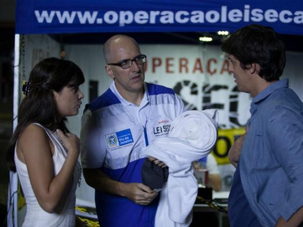 Vanessa Giácomo, Antonio Tabet e Rafael Infante e Cena da comédia 'Divã a 2' (Foto: Divulgação)
