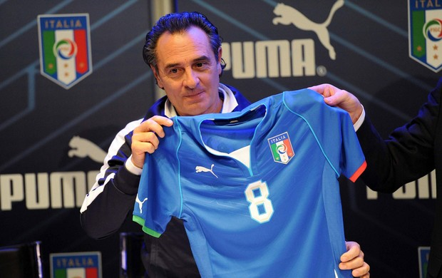 camisa italia Cesare Prandelli (Foto: EFE)