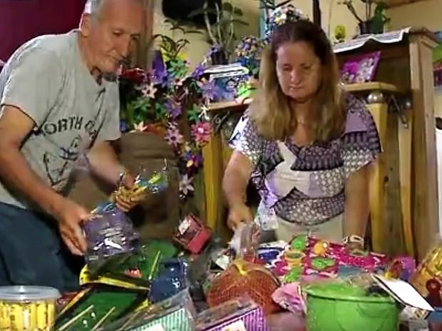 Isidoro e a mulher separam presentes arrecadados (Foto: Reprodução / RBS TV)