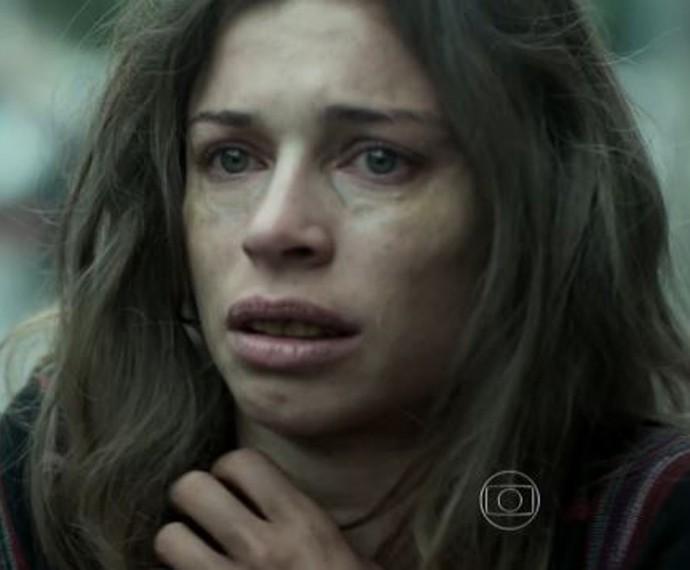 Larissa sofre ao se ver no espelho (Foto: TV Globo)