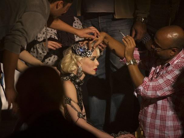 Mariana Ximenez momentos antes de entrar em cena como a vedete Aurora (Foto: João Cotta / Rede Globo)