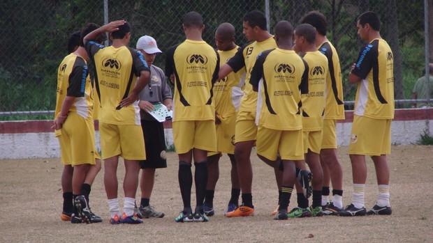 Rafael Guanaes conversa com jogadores do Joseense (Foto: Filipe Rodrigues/ Globoesporte.com)