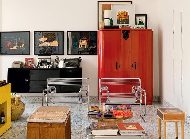 O living tem móveis antigos e de design, como as poltronas Wassily, restauradas com fios de plástico tipo espaguete. O armário vermelho guarda brinquedos de uma casa com crianças. Projeto do arquiteto Leo Romano (Foto: Edu Castello/Casa e Jardim)