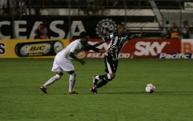 Jogador do ASA se livra de marcação  (Foto: José Feitosa / Gazeta de Alagoas)