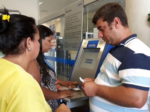 Clientes retiram senhas em agência da Caixa em São Carlos (Foto: Raquel Baes/G1)