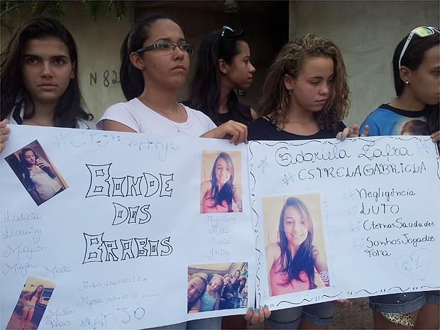 Amigos da adolescente mostram cartezes em homenagem a jovem, que morreu depois de tentar atendimento em cinco unidades de saúde em Ribeirão Preto, SP (Foto: Michel Montefeltro/ G1)