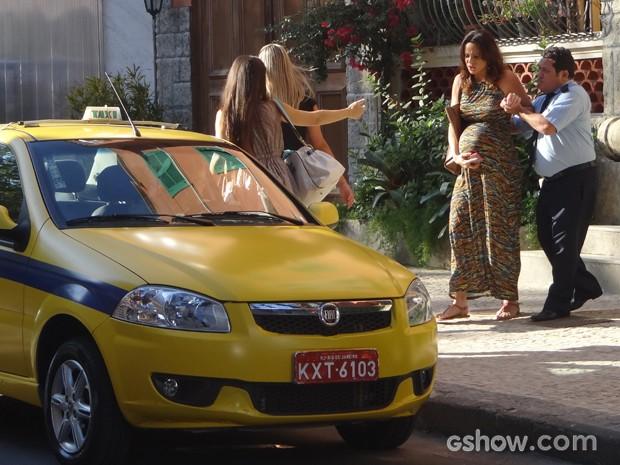 Com a ajuda do porteiro e de Guiomar, ele entra no táxi (Foto: Em Família/TV Globo)