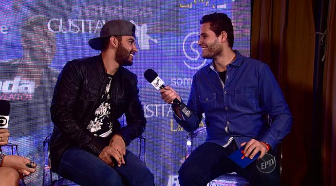 Gusttavo Lima e Pedro Leonardo caem na risada durante entrevista para o Mais Caminhos (Foto: reprodução EPTV)