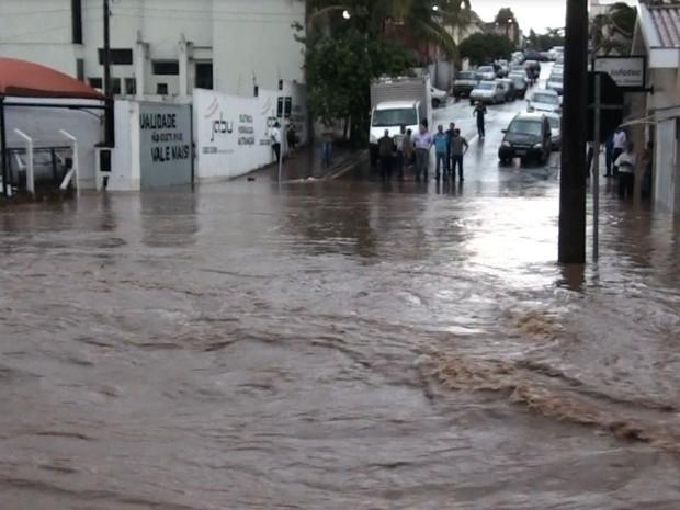 Chuva provoca alagamentos em São Carlos (Foto: Reprodução/EPTV)