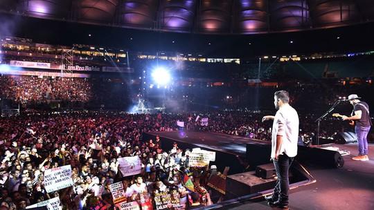 Sob gritos fanáticos e presentes ao palco, dupla Jorge & Mateus embala o FV
