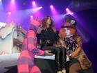Wanessa surge dentro de bolo cenográfico durante festa temática