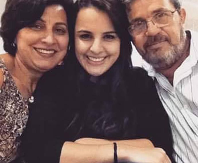 Allice Tirolla com os pais, Lia e José Pedro, antes de embarcar de Londrina para o Rio de Janeiro, para o Show ao Vivo (Foto: Reprodução/ Arquivo Pessoal)