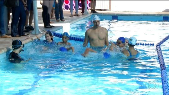 Gustavo Borges visita Palmas e troca experiência com jovens nadadores